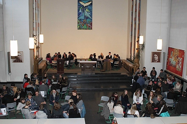 Erfahrungsaustausch - Die Abschlussveranstaltung zum Sozialpraktikum in der alten Kirche erweitert den Horizont