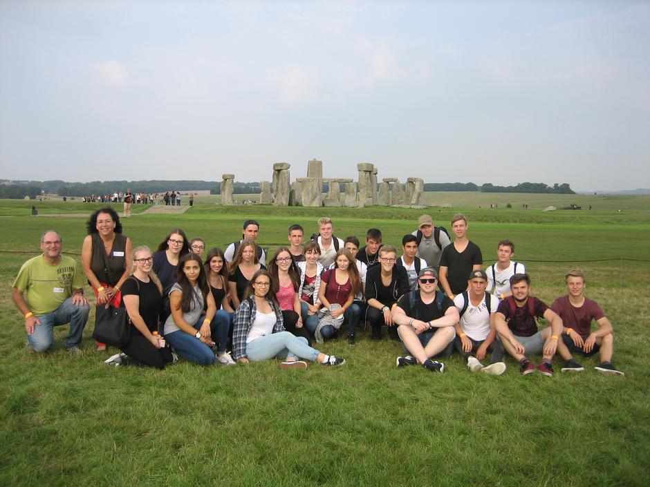 Die England-Fahrer vor Stonehenge
