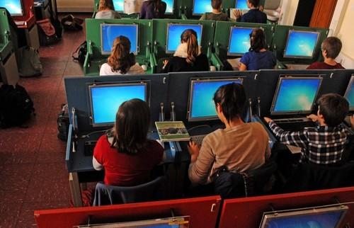 Tischplatte hochklappen und buchstäblich im Handumdrehen einen vollwertigen PC-Arbeitsplatz zur Verfügung haben - Lernen im MMK