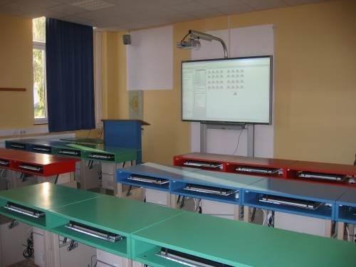 Ein Smartboard als zentrales Medium, ein Diogenes-Pult als multimerdialer Lehrerarbeitsplatz und 32 Schülerrechner - hier kann man gut arbeiten.