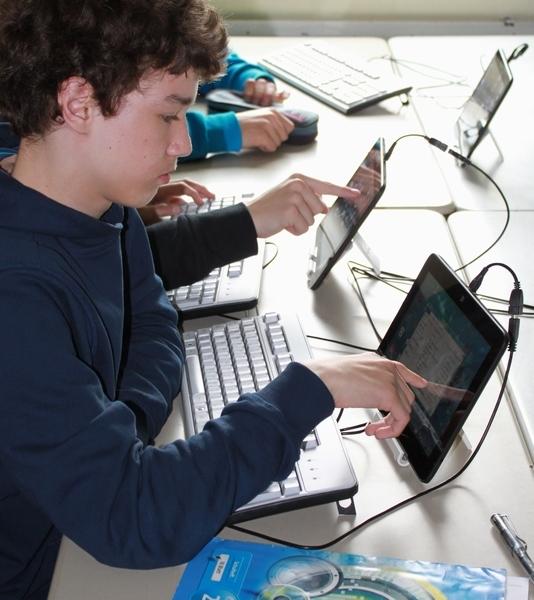 Konzentriertes Arbeiten am Tablet - Touch gelingt intuitiv und mit Tastatur geht auch Textverabeitung leicht von der Hand