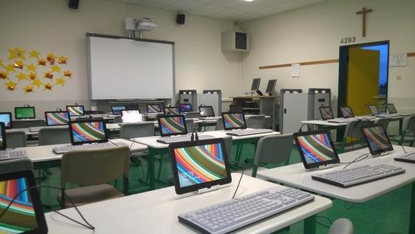 Klassenraum der Zukunft - leistungsfähiges WLAN, Smartboard, PC, Doku-Kamera und mobile PCs in Schülerhand eröffnen alle Möglichkeiten