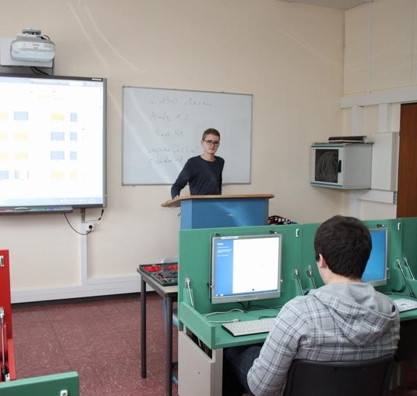 In die Lehrer-Rolle schlüpfen - Hardware- und Software-Schulungen sind fester Bestandteil der AG-Treffen