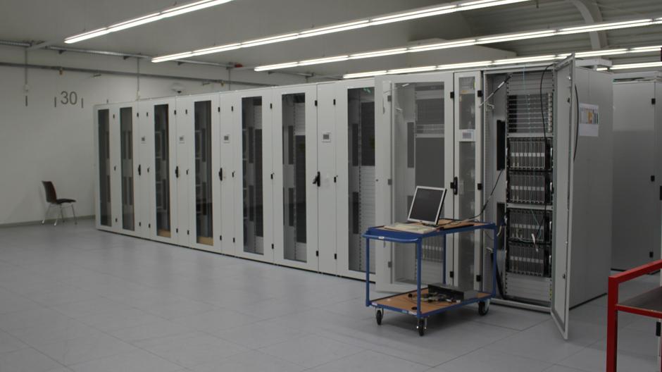 Bei hellem Neonlicht entpuppt sich das Geheimnis als fast sterile Halle mit ziemlich vielen Stahlschränken