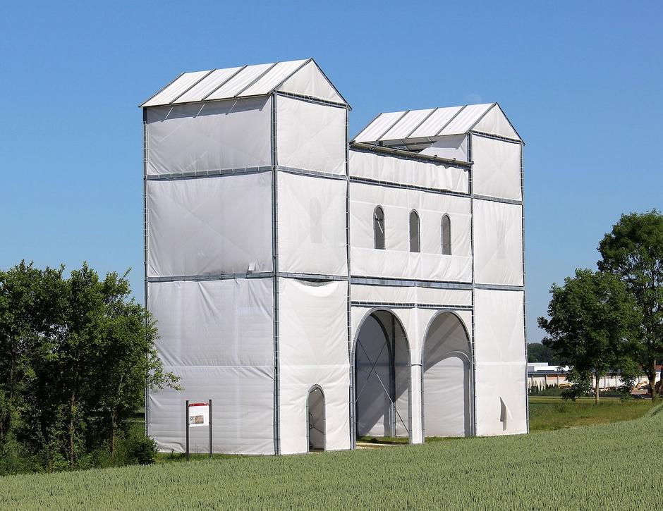 Vorbild: das rekonstruierte Eingangstor zum römischen Legionslager Pförring