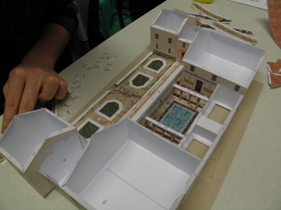 Bei den Projekttagen Römervilla live und im Modell erstellten die Schüler am 2. Tag eine villa rustica mit Hilfe eines Bastelbogens.