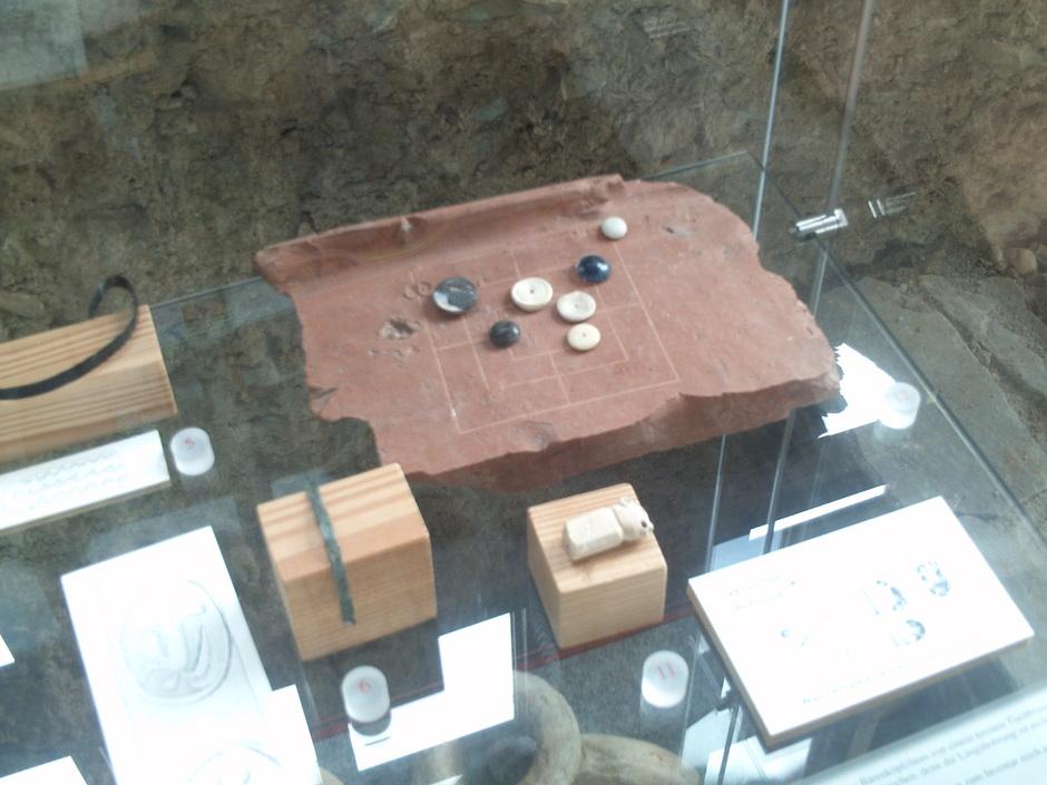 Römisches Mühlespiel auf einem Dachziegelbruchstück der Römervilla.