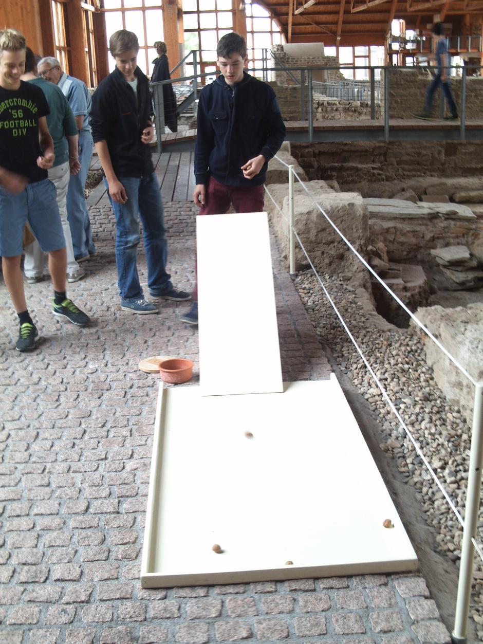 Die Spiele der alten Römer machen auch heute noch Spaß – wie hier das nuces-Spiel.