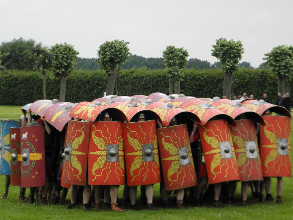 Präsentation der 'Schildkröte', der bekanntesten römischen Abwehrformation