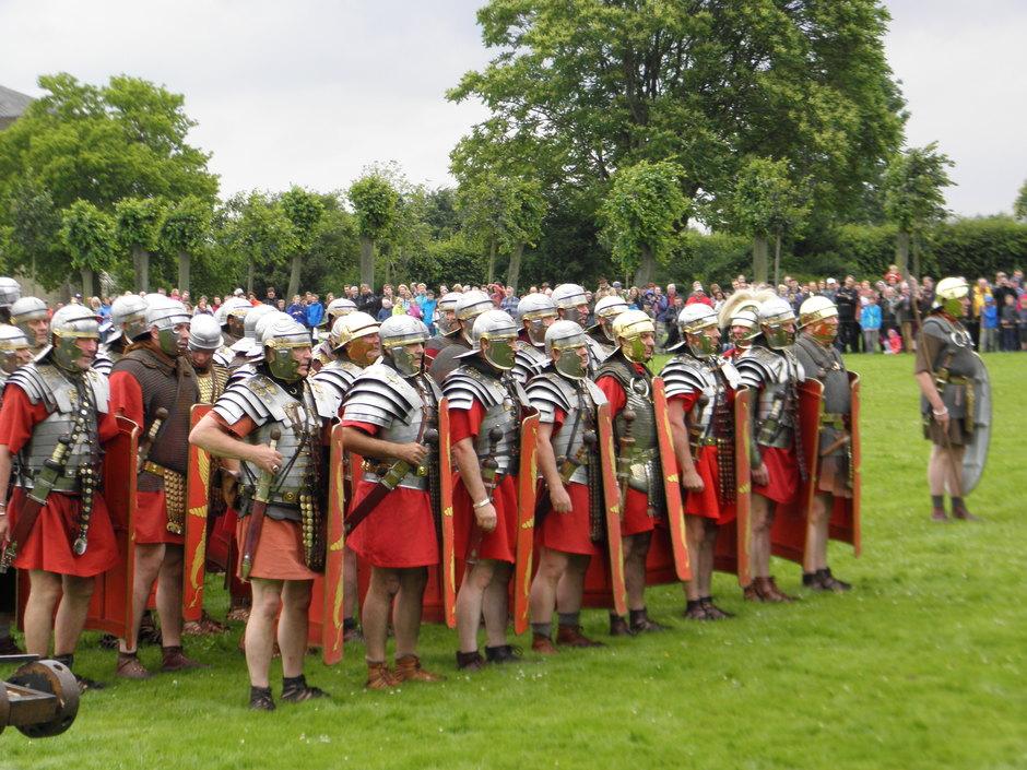 Römergruppen aus mehreren Ländern Europas präsentierten Kampftaktiken und Waffentechnik