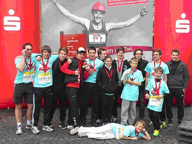 Zufrieden mit dem Ergebnis: Die Marathonis des HGG präsentieren stolz ihre gewonnenen Medaillen