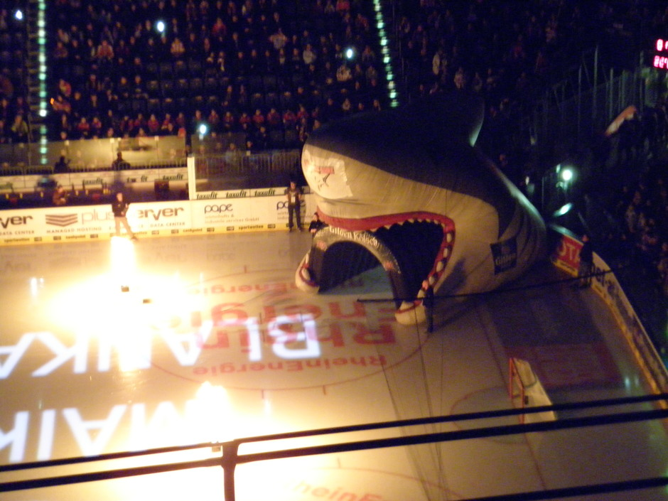 Das Einlaufen der Kölner Spieler wird zur Pyrotechnik-Show