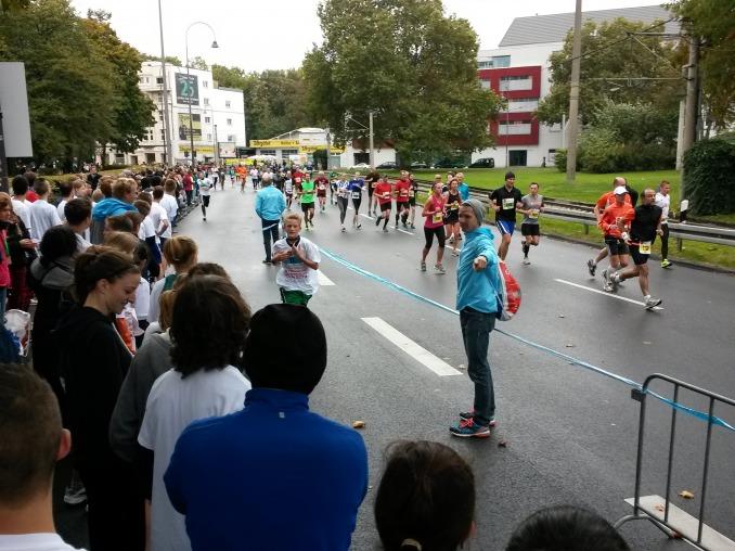 Stolze Medaillenträger am blauen Band im Zielbereich Appellhofplatz