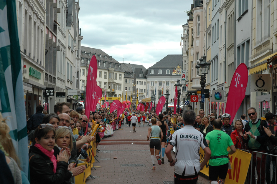 stimmmungsvoller Zieleinlauf zum Alten Rathaus auf dem Bonner Markt
