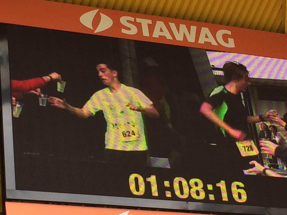 HGG-Schüler im Vollbildmodus auf der Stadiontafel