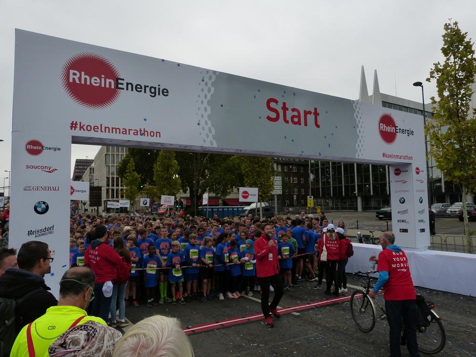 RTL-Sportmoderator Sascha Kolopka moderiert den Start des Schülerlaufs - ein sympathisches Erlebnis!