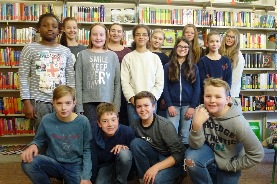 Aus allen Klassen und Stufen helfen Mädchen und Jungen in der Schülerbücherei