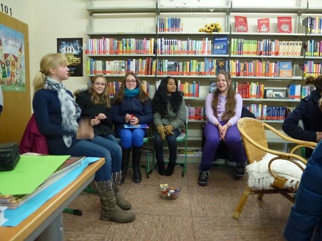 Frühzeitig reservieren sich die Mädchen aus der 7d einen Platz zum Zuhören.