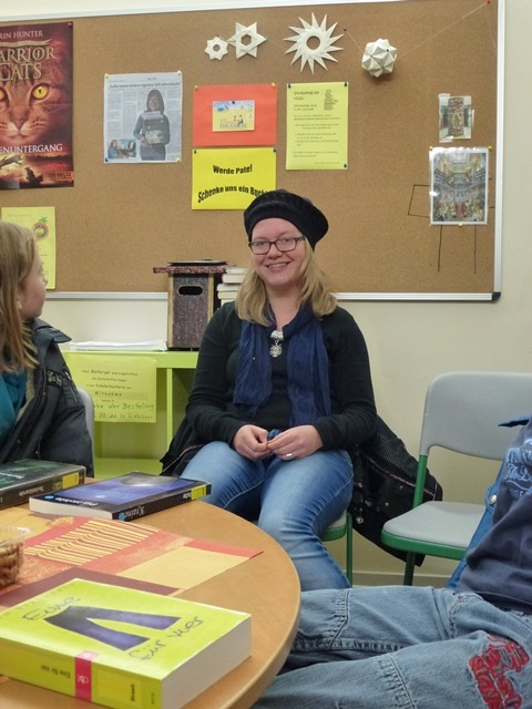 Auch Pia ist von Anfang an dabei und hört interessiert den Geschichten der Jüngeren zu.