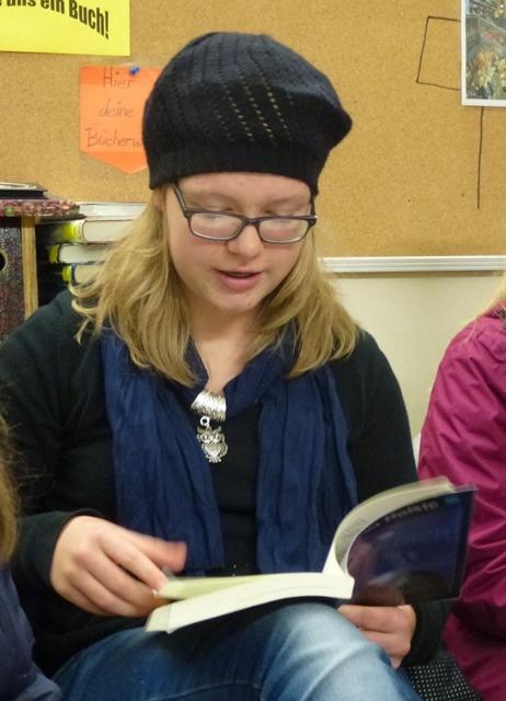 """Pia liest aus ihrem Fantasyroman """"Krainen"""". Er entführt den Leser in eine nächtliche Buchhandlung und von dort aus  in eine geheime Welt. …"""