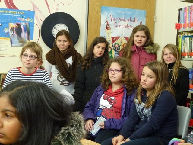 Vor dem Plakat der vier zauberhaften Schwestern lassen sich Mädchen aus den fünften, sechsten und siebten Klassen verzaubern.