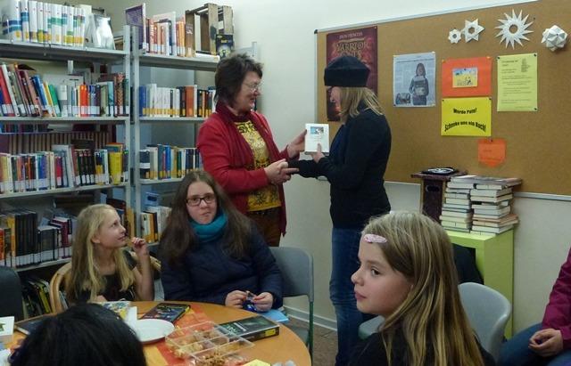 Wie alle anderen Vorleserinnen auch, erhält Pia ein Buchgeschenk von Frau Körlings.