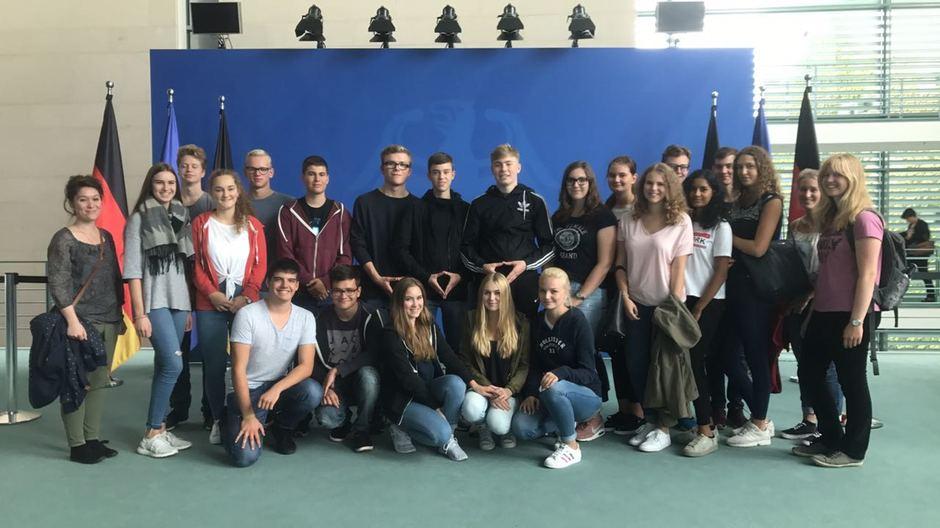 Eine Schülergruppe vor der blauen Wand im Kanzleramt.