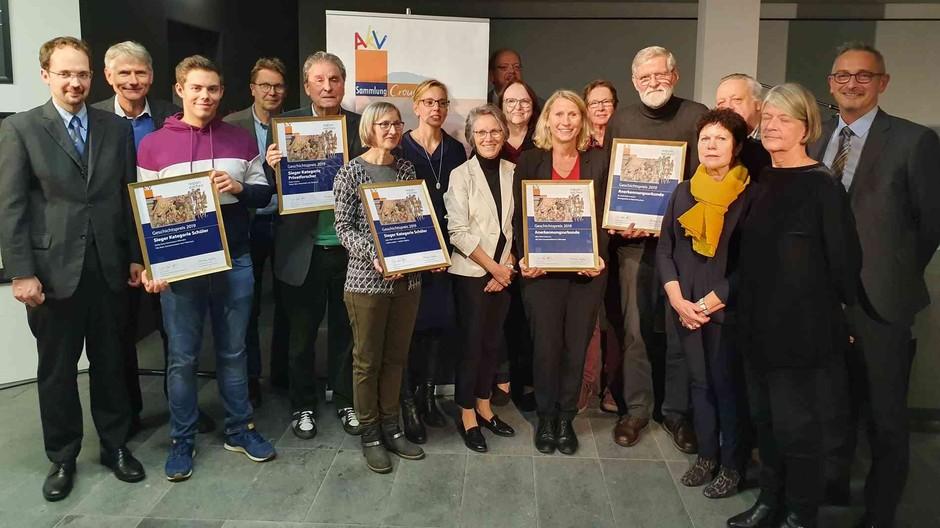 Stolz präsentiert das Projektkursmitglied Niklas Richter (3. v.l.) die Auszeichnung mit dem Crous-Preis in der Kategorie Schüler.