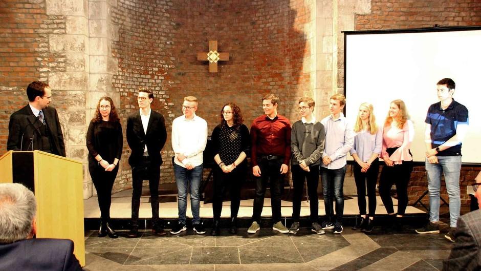 Die Mitglieder des Projektkurses und Herr Ohrndorf bei der Vorstellung des Projektes in der Jülicher Schlosskapelle