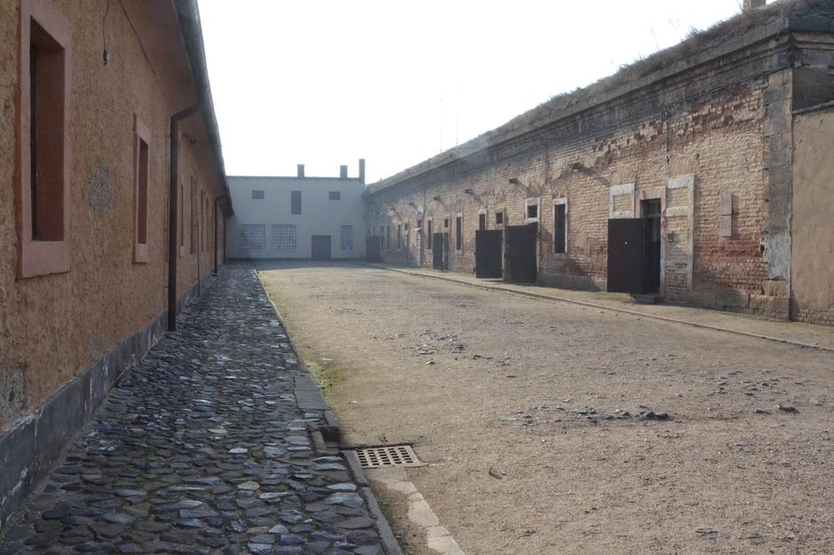 Blick in einen Hof des Konzentrationslagers