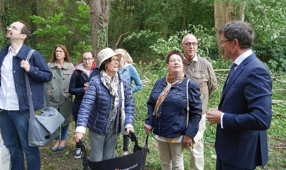 Besuchergruppe mit Hausherr Hellmuth Eichhorn (von rechts), Klaus und Maria Beumers, Friederike Görtz (mit Rollator), Schülerinnen sowie Geschichtslehrer Timo Ohrndorf.