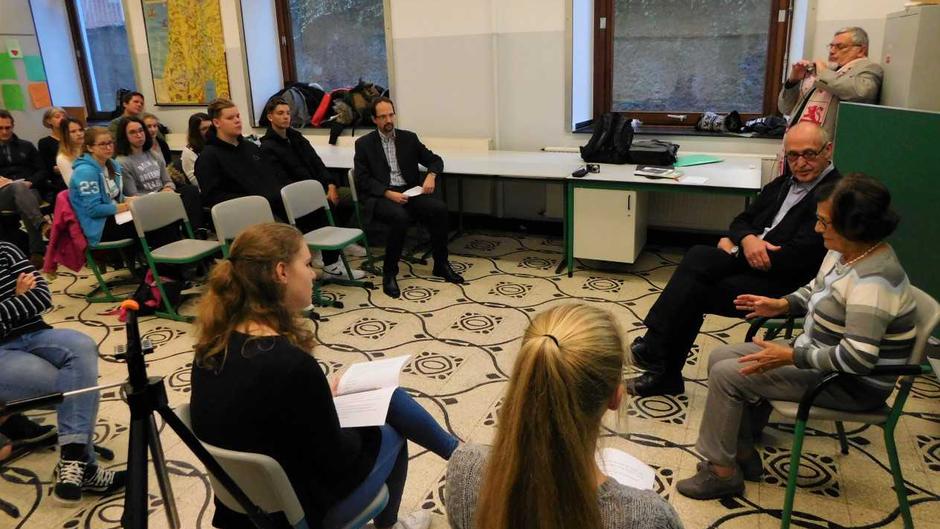Die Projektkurschülerinnen Ella Hakes und Nina Wirtz interviewen Frau Goertz