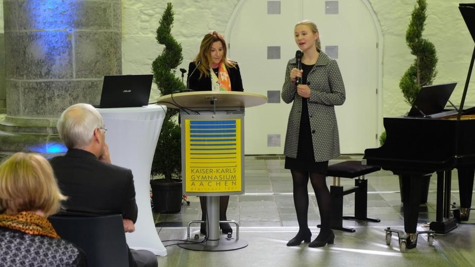 Sophia erhält den Preis durch K. Papakonstantinou, die Generalkonsulin