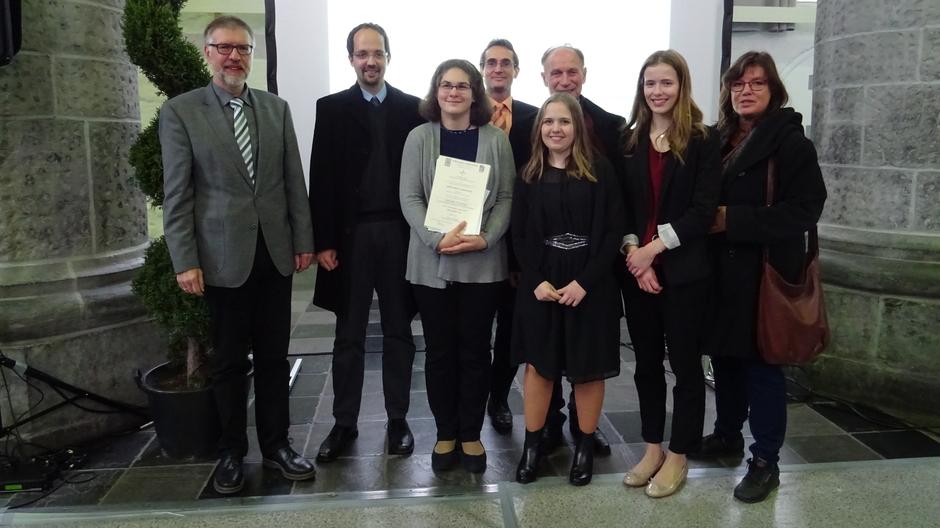 Unsere Certamen Carolinum-Gewinnerinnen Christina Nagy, Martha Birken und Tabea Odak mit dem Schulleiter Herrn Barbier und dem Betreuerteam