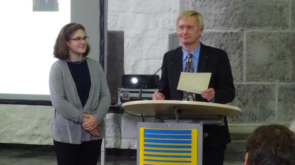 """Christina Nagy erhält zusätzlich den Preis des """"Vereins pro Lingua Latina e.V."""" aus den Händen des Vorsitzenden Herrn Dr. Krüssel"""