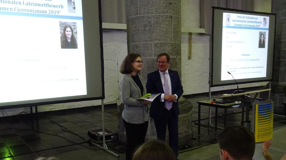 Der nordrhein-westfälische Ministerpräsident Armin Laschet hält eine Laudatio auf die Preisträgerin Christina Nagy