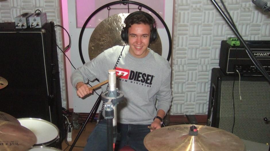 Geiger am Schlagzeug