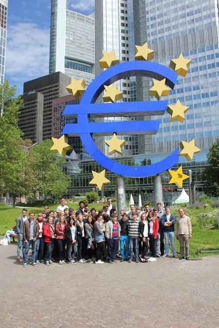 """SchülerInnen des Projektkurses """"Europa:  Recht und Finanzen"""" vor der Europäischen Zentralbank in Frankfurt"""