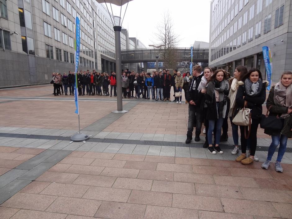 Jahrgangsstufe 9 vor dem Brüsseler EU-Besucherzentrum, dem Parlamentarium