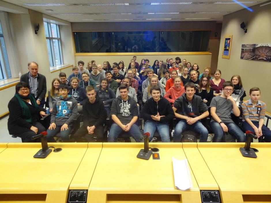 HGG-SchülerInnen mit Sabine Verheyen in einem Sitzungssaal des EU-Parlaments, wo sonst Ausschüsse von Abgeordneten tagen