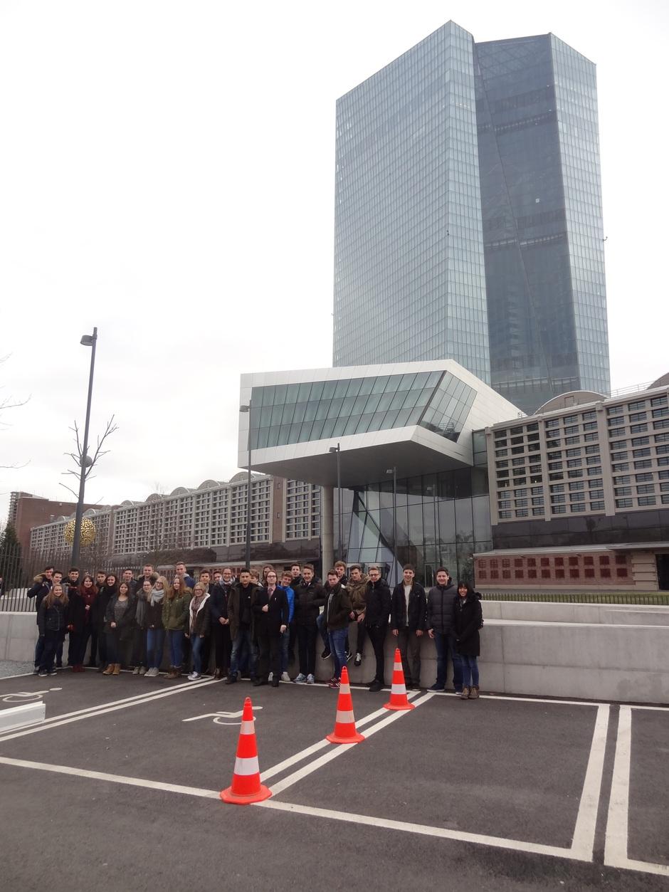 SchülerInnen vor dem Tower der EZB
