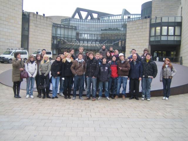 HGG - SchülerInnen vor dem Landtag in Düsseldorf