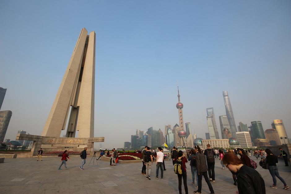 Vor der Skyline von Shanghai am Ende der Reise