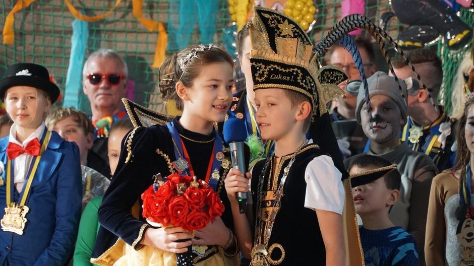 Lukas I. und HGG-Schülerin Marie begrüßen die Schulgemeinde.