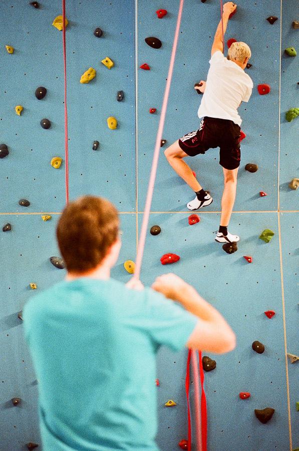 An unserer großen Kletterwand muss jeder Griff sitzen, sonst hängt man in den Seilen. Nur mit einer guten Sicherung geht man im Sportunterricht in die Wand.