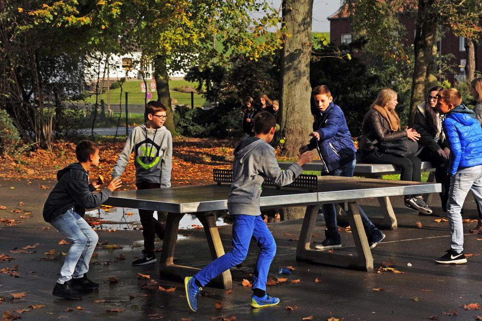 Rundlauf an der Tischtennisplatte auf dem Schulhof, eine der Lieblingsbeschäftigungen in der großen Pause...