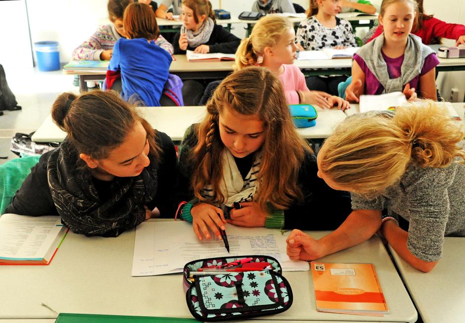 In kleinen Gruppen, alleine, mit oder ohne Hilfestellung der Lehrkraft : Lernzeit-Stunden bieten vielfältige Möglichkeiten, die Schularbeiten gut zu erledigen
