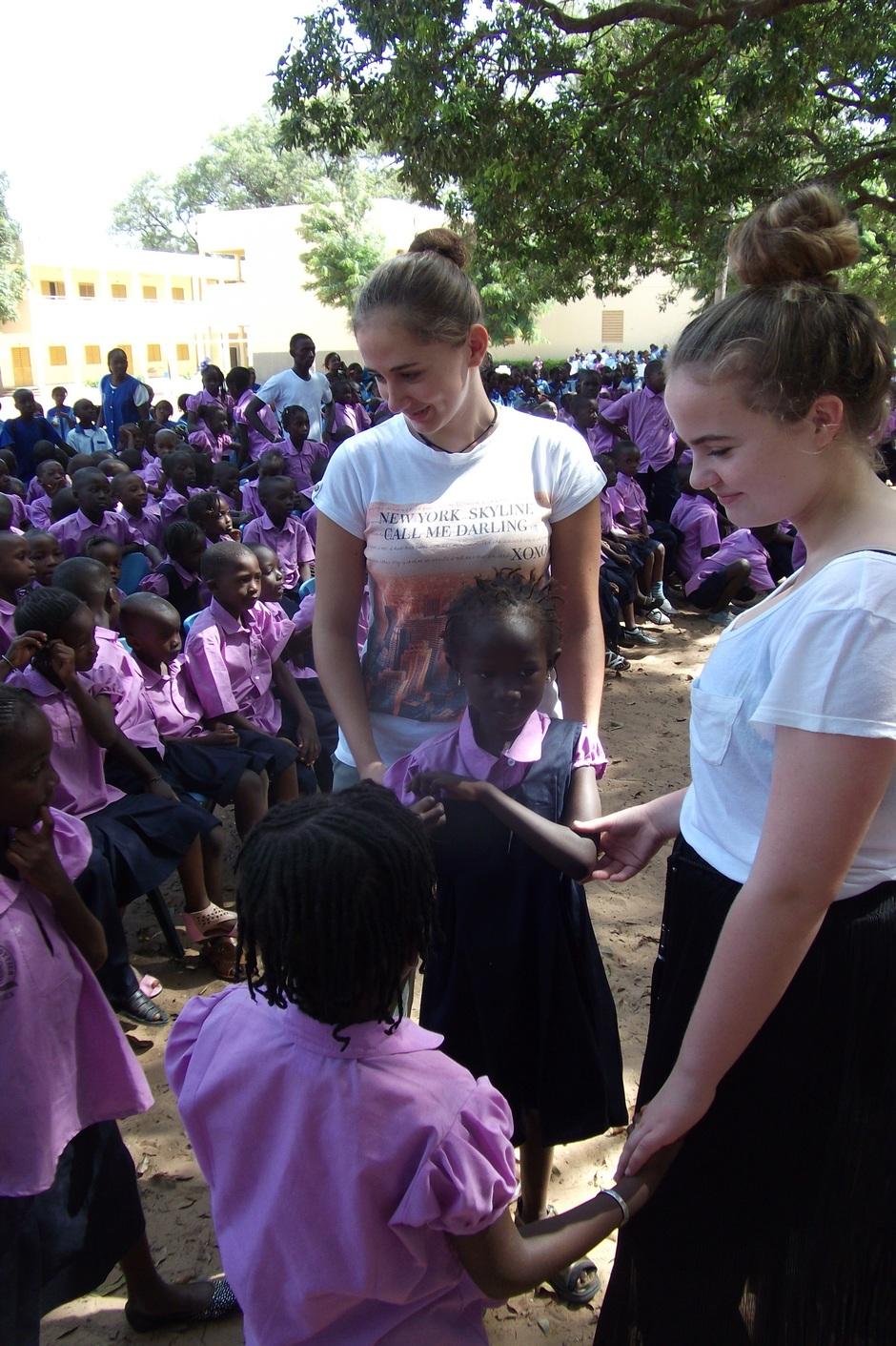 Herzlicher Empfang an unserer afrikanischen Partnerschule in Thiès. Jedes Jahr überbringt eine Gruppe von Schülern und Eltern mit der stellvertretenden Schulleiterin Frau Foerster die Erlöse aus dem Senegalaktionstag und unsere herzlichen Grüße. Unvergessliche Begegnungen und Eindrücke