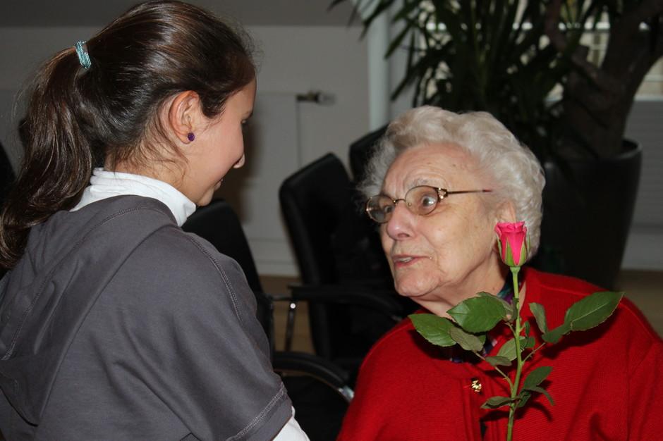 Larissa schaut in ein tief bewegtes Gesicht. Beim Kegelnachmittag im Seniorenzentrum überreicht sie ihrer Kegel-Partnerin zum Abschluss eine Rose. Dankbarkeit und Freude der Senioren über den schönen Nachmittag verfehlen bei unseren PeWe-Schülern nicht ihre Wirkung