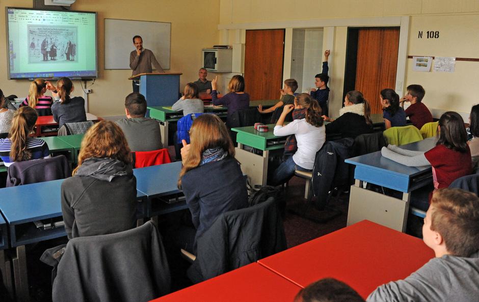 Ein Smartboard, ein Pult, farbige Schülertische und eine Politikstunde in der 08B: Der Klassenraum unser 08er-Klassen verwandelt sich im Handumdrehen …